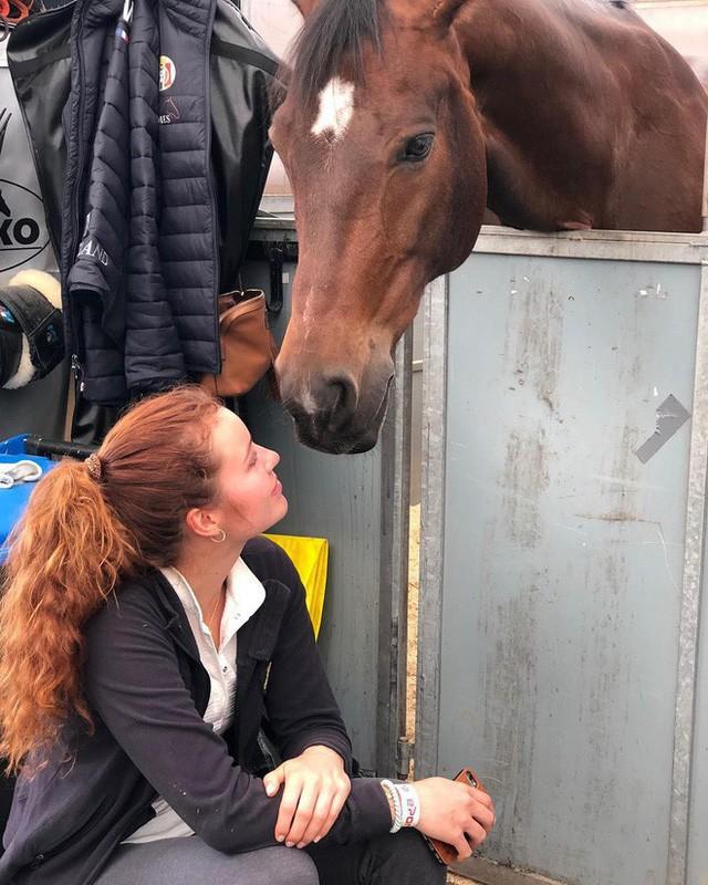Cuộc sống khác lạ của nữ tỷ phú trẻ nhất thế giới: Sinh ra đã giàu nhưng không thích kiếm tiền, chỉ thích làm từ thiện và có niềm đam mê bất tận với cưỡi ngựa - Ảnh 14.