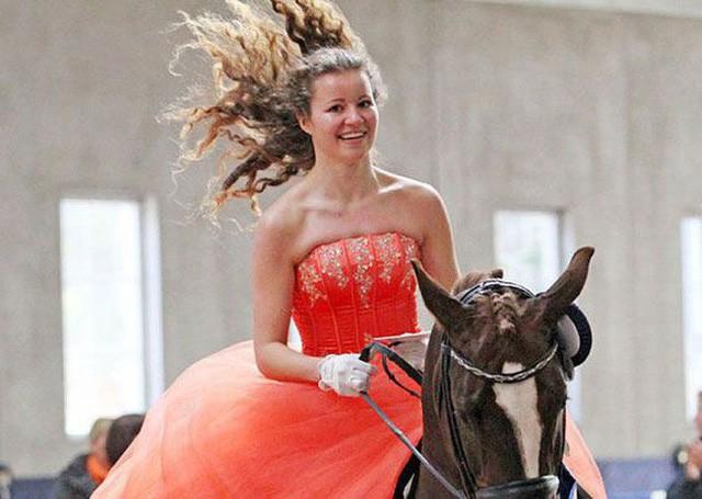 Cuộc sống khác lạ của nữ tỷ phú trẻ nhất thế giới: Sinh ra đã giàu nhưng không thích kiếm tiền, chỉ thích làm từ thiện và có niềm đam mê bất tận với cưỡi ngựa - Ảnh 16.