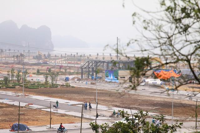 Đất tăng giá 50%, cả huyện Vân Đồn bàn chuyện đất đai - Ảnh 1.