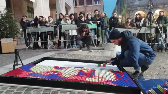 Anh chàng 24 tuổi kiếm được hàng nghìn USD nhờ lắp ráp các khối rubik thành những bức chân dung nghệ thuật - Ảnh 1.