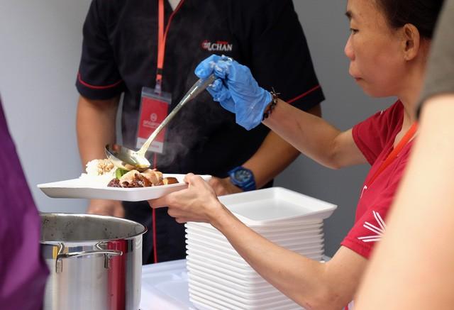 Quán ăn sao Michelin rẻ nhất thế giới đến Hà Nội: Giá chỉ 30 ngàn, khách xếp hàng dài trên phố Lê Thạch đợi mua - Ảnh 10.