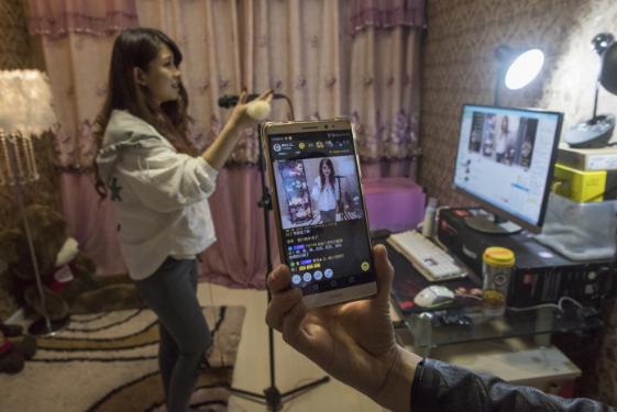 Góc tối của những streamer Trung Quốc kiếm 100.000 USD/tháng: 'Chôn vùi' thanh xuân ở studio, mệt mỏi chán nản nhưng lúc nào cũng đeo mặt nạ vui vẻ trước camera - Ảnh 4.
