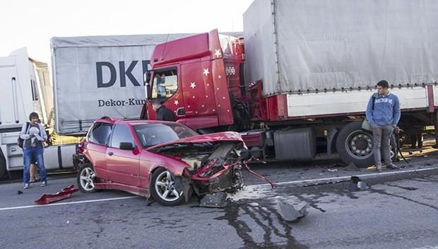 Kinh nghiệm quan trọng để tránh xe tải, xe container an toàn - Ảnh 1.