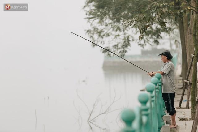 Hà Nội ngập trong màn sương mù mịt bao phủ tầm nhìn: Tình trạng ô nhiễm không khí đáng báo động!  - Ảnh 14.