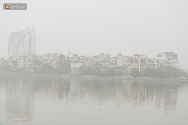 Hà Nội ngập trong màn sương mù mịt bao phủ tầm nhìn: Tình trạng ô nhiễm không khí đáng báo động!  - Ảnh 3.