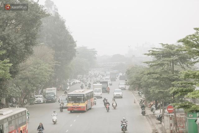 Hà Nội ngập trong màn sương mù mịt bao phủ tầm nhìn: Tình trạng ô nhiễm không khí đáng báo động!  - Ảnh 4.