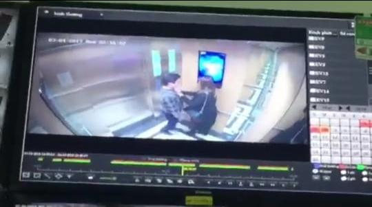 Hà Nội: Gã dê xồm cưỡng hôn cô gái trong thang máy chung cư, xong xuôi còn soi gương vuốt tóc, tỏ vẻ đắc ý - Ảnh 2.