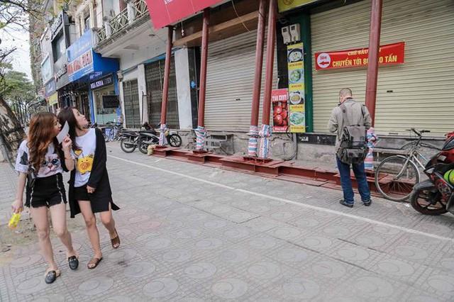 Dãy nhà chống nạng trên phố Hà Nội - Ảnh 6.