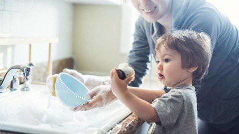 Thay vì vỗ về, chở che, cha mẹ hãy học cách thực hiện 5 điều này để trẻ trở thành người mạnh mẽ, độc lập: Thương con đến mấy cũng nhất định phải cứng rắn - Ảnh 1.