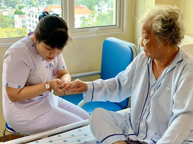 """Ngày 8/3, các y bác sĩ bất ngờ tặng hoa cho nữ bệnh nhân: Hi vọng """"một nửa thế giới"""" sẽ luôn hạnh phúc và nụ cười luôn nở trên môi - Ảnh 6."""