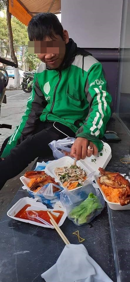 Tài xế Grab và bữa ăn thịnh soạn trên hè phố, sự thật đằng sau khiến nhiều người giận dữ - Ảnh 1.