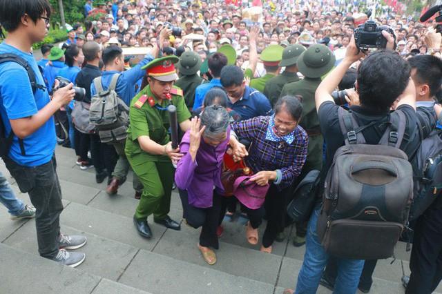 Cận cảnh vạn người chen chúc nghẹt thở ngày chính hội Đền Hùng - Ảnh 14.