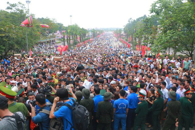 Cận cảnh vạn người chen chúc nghẹt thở ngày chính hội Đền Hùng - Ảnh 5.