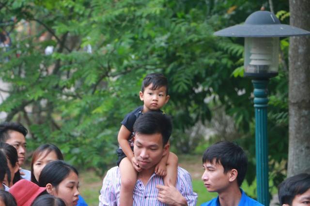 Cận cảnh vạn người chen chúc nghẹt thở ngày chính hội Đền Hùng - Ảnh 9.