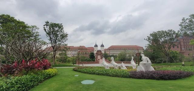 Cận cảnh khu trụ sở 2 tỷ USD mang phong cách châu Âu của Huawei - Ảnh 1.