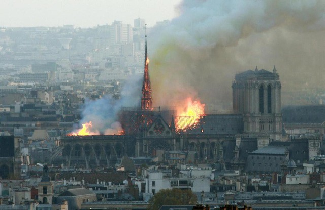 Cháy dữ dội bao phủ Nhà thờ Đức Bà Paris, đỉnh tháp 850 năm tuổi sụp đổ - Ảnh 2.