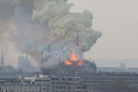 Cháy Nhà thờ Đức Bà ở Paris: Vì sao không thể chữa cháy từ trên không? - Ảnh 2.