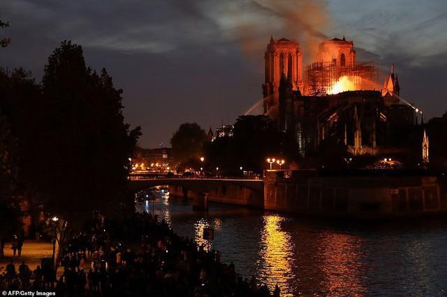Những hình ảnh thảm khốc khi ngọn lửa lớn tàn phá Nhà thờ Đức Bà Paris tối 15/4 - Ảnh 14.