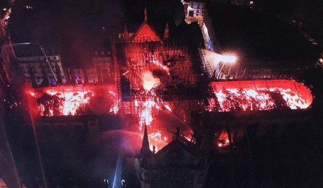 Những hình ảnh thảm khốc khi ngọn lửa lớn tàn phá Nhà thờ Đức Bà Paris tối 15/4 - Ảnh 20.