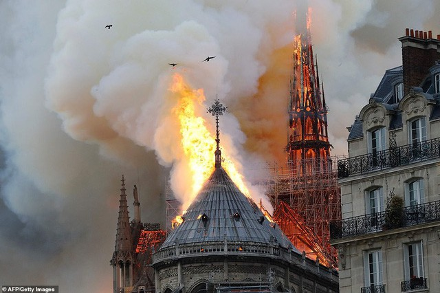 Cháy dữ dội bao phủ Nhà thờ Đức Bà Paris, đỉnh tháp 850 năm tuổi sụp đổ - Ảnh 4.