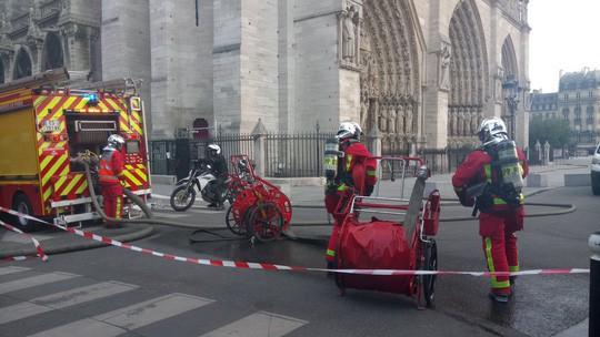 Cháy Nhà thờ Đức Bà ở Paris: Vì sao không thể chữa cháy từ trên không? - Ảnh 3.