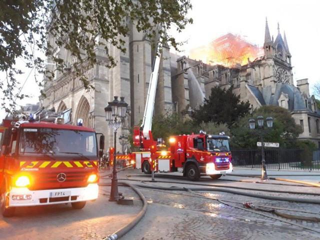 Cháy dữ dội bao phủ Nhà thờ Đức Bà Paris, đỉnh tháp 850 năm tuổi sụp đổ - Ảnh 7.