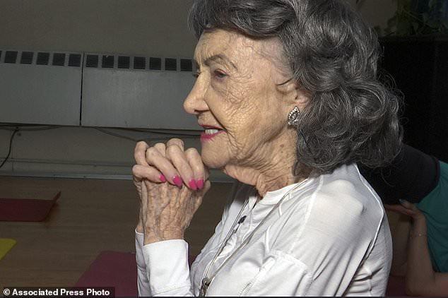 Giáo viên yoga cao tuổi nhất thế giới: 100 tuổi, 4 lần thay khớp hông vẫn dạy yoga và tập khiêu vũ - Ảnh 1.