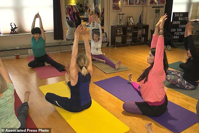 Giáo viên yoga cao tuổi nhất thế giới: 100 tuổi, 4 lần thay khớp hông vẫn dạy yoga và tập khiêu vũ - Ảnh 3.