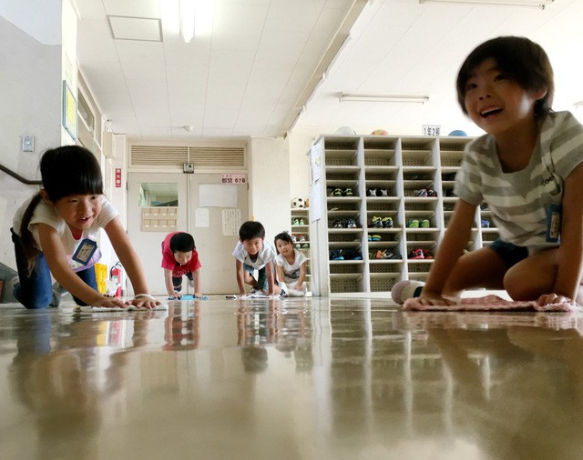 Muốn trẻ tự lập từ bé, hãy học cách cứng rắn như cha mẹ Nhật: Cho con đi dã ngoại bí mật, để con tự dọn dẹp chẳng cần đến lao công!  - Ảnh 4.