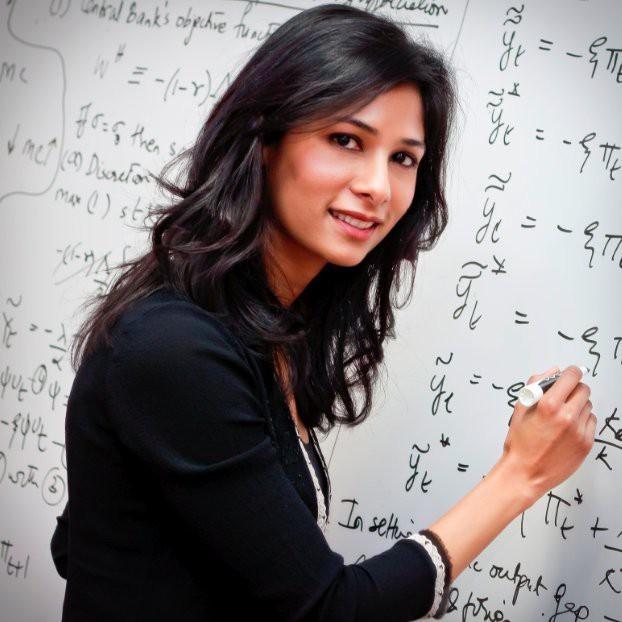 Chuyện chưa kể về người phụ nữ đầu tiên giữ chức kinh tế trưởng của IMF: Từ cô gái trung lưu Ấn Độ xinh đẹp đến vị giáo sư xuất sắc của Harvard ai cũng nể phục! - Ảnh 1.