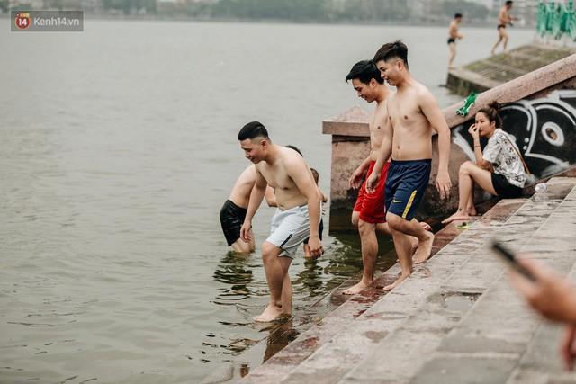 Hà Nội oi nóng ngộp thở, nhiều người mang theo cả thú cưng ra Hồ Tây tắm bất chấp biển cấm - Ảnh 2.