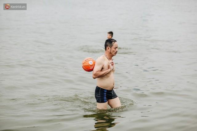 Hà Nội oi nóng ngộp thở, nhiều người mang theo cả thú cưng ra Hồ Tây tắm bất chấp biển cấm - Ảnh 12.