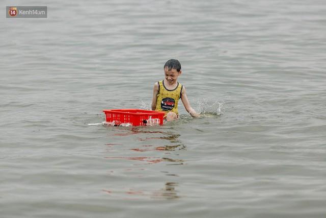 Hà Nội oi nóng ngộp thở, nhiều người mang theo cả thú cưng ra Hồ Tây tắm bất chấp biển cấm - Ảnh 13.