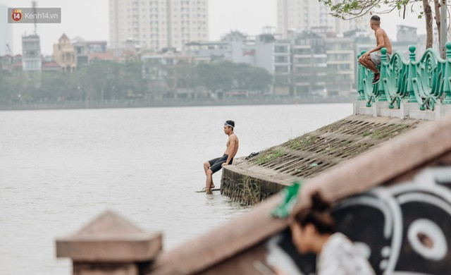 Hà Nội oi nóng ngộp thở, nhiều người mang theo cả thú cưng ra Hồ Tây tắm bất chấp biển cấm - Ảnh 14.