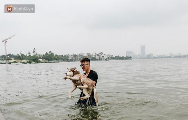 Hà Nội oi nóng ngộp thở, nhiều người mang theo cả thú cưng ra Hồ Tây tắm bất chấp biển cấm - Ảnh 16.