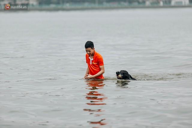 Hà Nội oi nóng ngộp thở, nhiều người mang theo cả thú cưng ra Hồ Tây tắm bất chấp biển cấm - Ảnh 20.