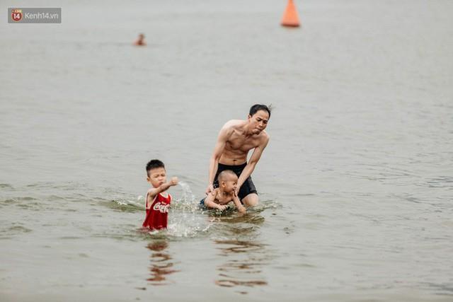 Hà Nội oi nóng ngộp thở, nhiều người mang theo cả thú cưng ra Hồ Tây tắm bất chấp biển cấm - Ảnh 4.