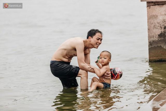 Hà Nội oi nóng ngộp thở, nhiều người mang theo cả thú cưng ra Hồ Tây tắm bất chấp biển cấm - Ảnh 6.