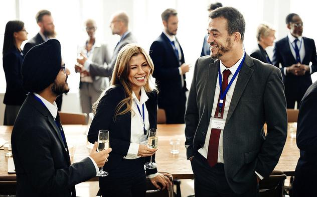Bi hài chuyện đàm phán kinh doanh: Người Âu Tây có thể uống bia và đứng liên tục từ 18-21h, rồi mới ngồi vào bàn ăn tối - Ảnh 1.