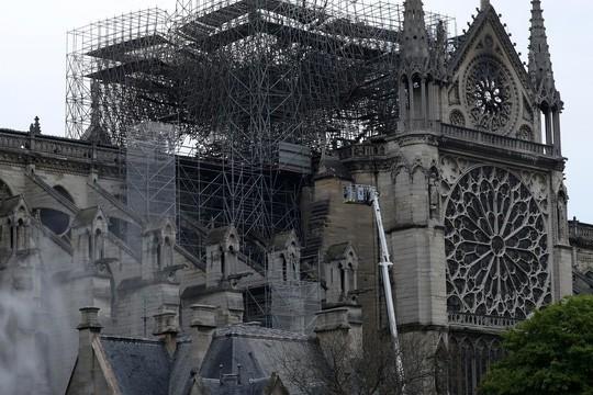 Cháy Nhà thờ Đức Bà Paris: Công nhân hút thuốc tại công trường - Ảnh 1.