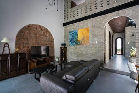 Ngôi nhà phố làm từ gạch trần thô mộc - Ảnh 2.