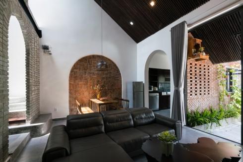 Ngôi nhà phố làm từ gạch trần thô mộc - Ảnh 4.