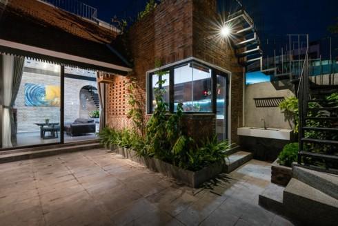 Ngôi nhà phố làm từ gạch trần thô mộc - Ảnh 5.