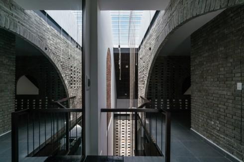 Ngôi nhà phố làm từ gạch trần thô mộc - Ảnh 10.