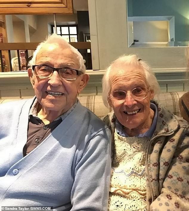 Chuyện tình 75 năm của đôi vợ chồng bách niên giai lão khiến nhiều người suy ngẫm, hóa ra bí quyết hôn nhân viên mãn lại đơn giản đến thế - Ảnh 1.