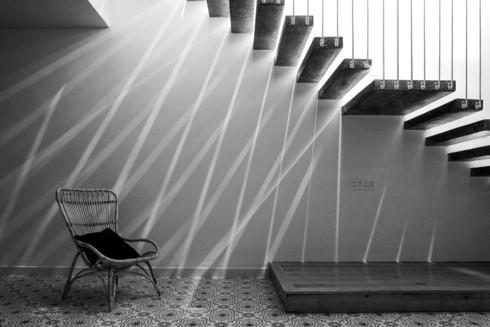 Nhà kết hợp giữa kiến trúc hiện đại với vật liệu truyền thống - Ảnh 7.