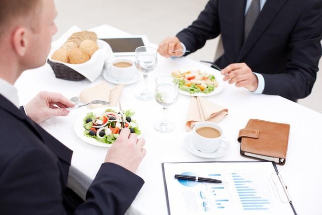 Ngồi cùng mâm cũng góp phần nhìn thấu bản chất một người, ai làm được 2 điều sau trong bữa ăn sớm muộn cũng có ngày công thành danh toại  - Ảnh 1.