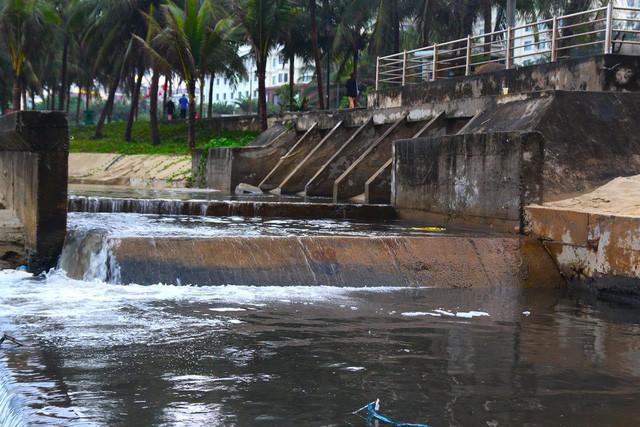 Hàng loạt bãi biển nổi tiếng tại Việt Nam kêu cứu vì dòng nước thải bẩn xả thẳng từ các hệ thống cống thoát nước - Ảnh 1.