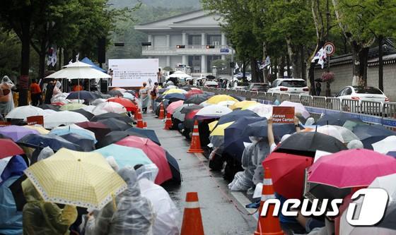 Hơn 1.700 người xếp hàng dài đội mưa biểu tình trước dinh Tổng thống, phẫn nộ vì vụ bê bối Burning Sun và Seungri - Ảnh 3.
