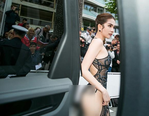Nhìn lại tuyển tập trang phục trắc nết nhất Cannes, cuối cùng cũng tìm ra đối thủ xứng tầm với Ngọc Trinh - Ảnh 1.